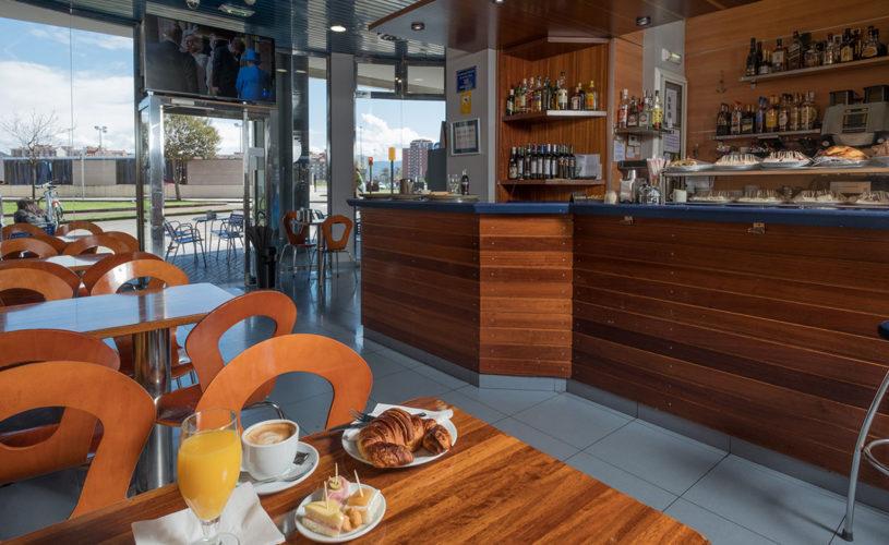 Desayuno en la cafetería del Hotel La Polar